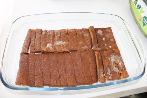 Snijd de cake in 'lange vingers' en giet de espresso er over heen