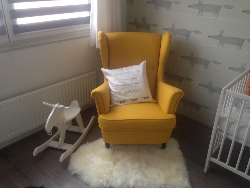 Die knalgele stoel zit echt heerlijk!