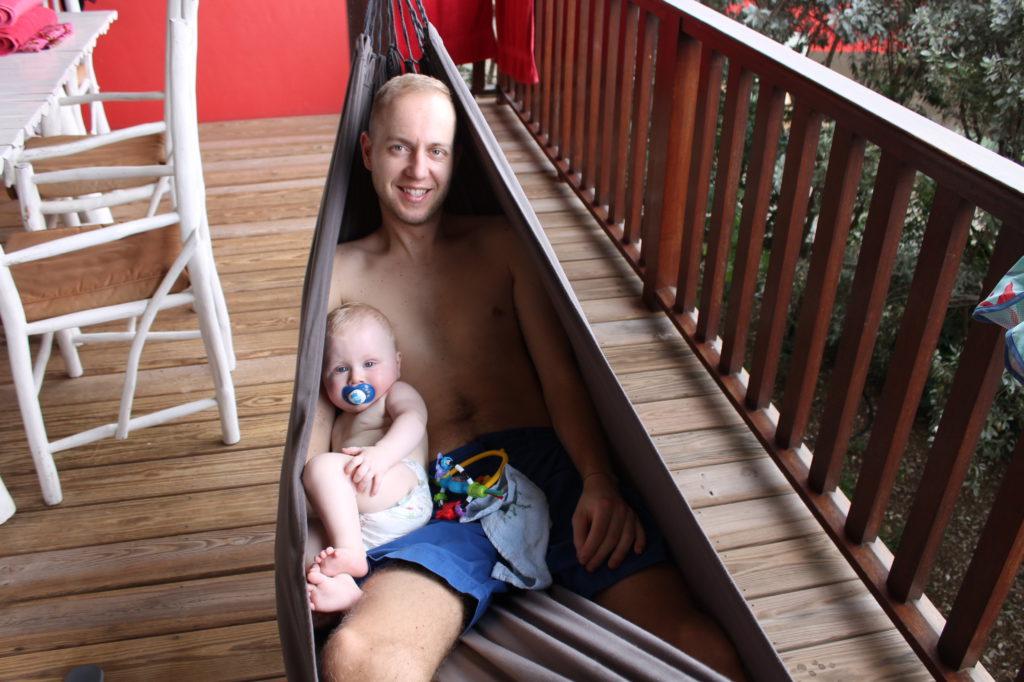 Samen met papa in de hangmat