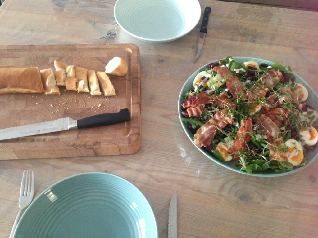 Mijn moeder kwam langs om met Oliver te knuffelen en ze bleef gezellig eten en ik fabriceerde een salade.
