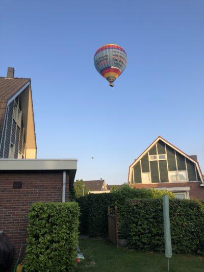 Luchtballon boven ons huis in Winkel