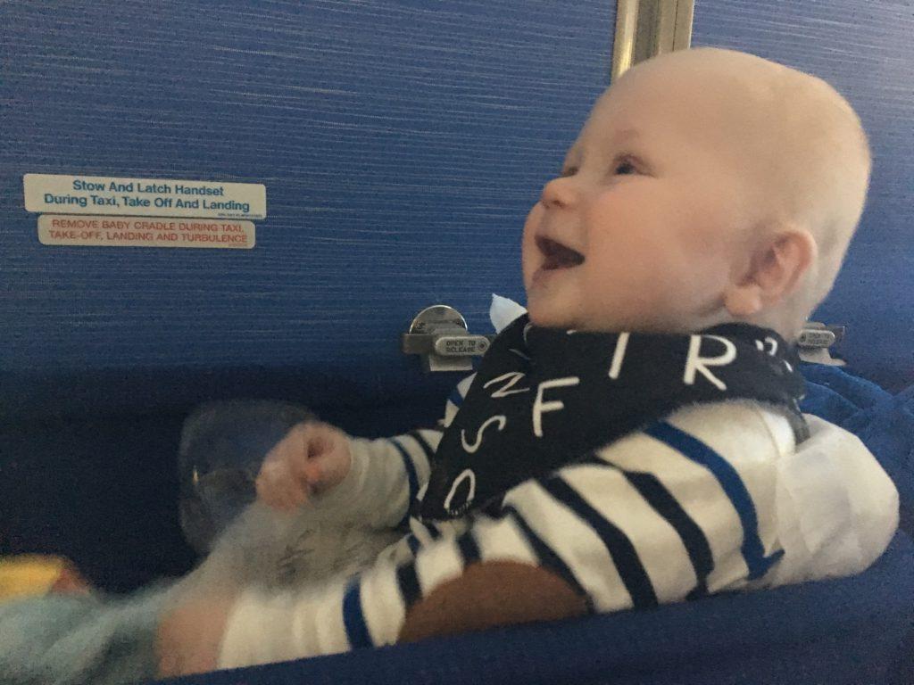 Blije baby in het vliegtuig