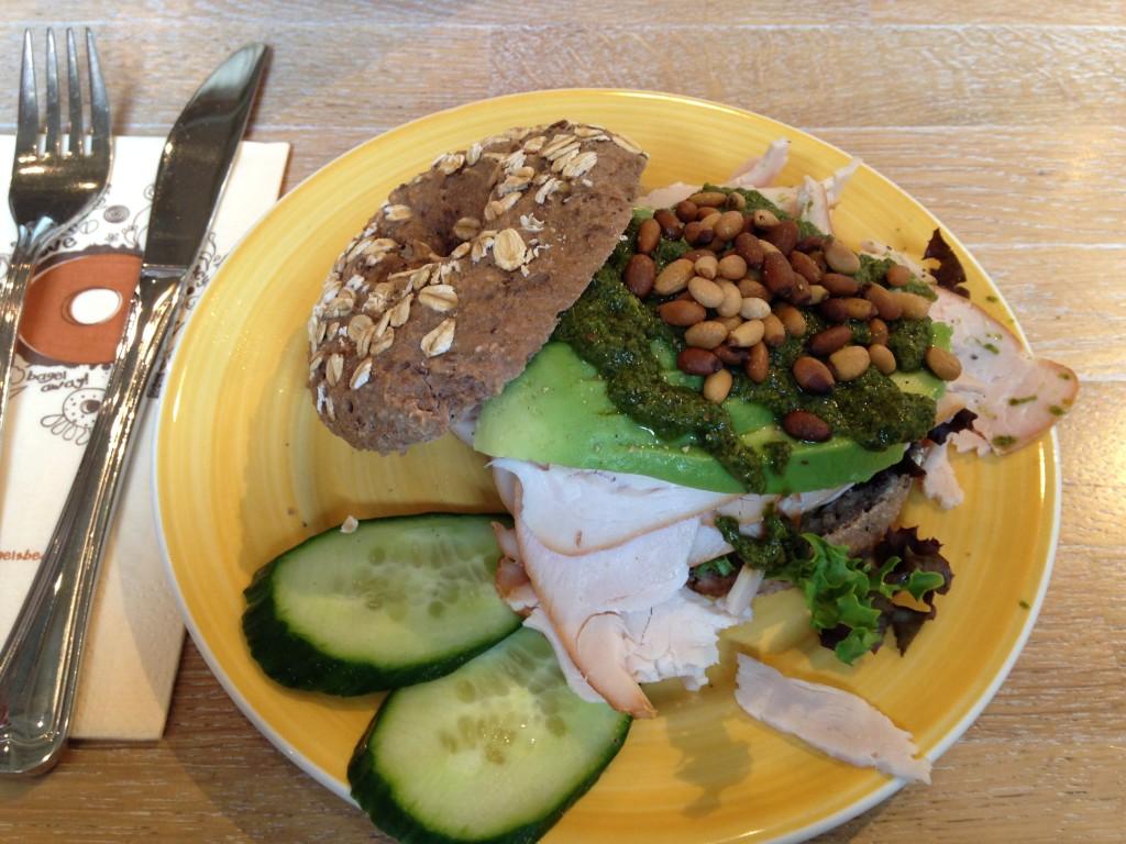 Ik nam een Oatie Bagel met rookkippetje, avocado en pesto. Met een alles-sapje.