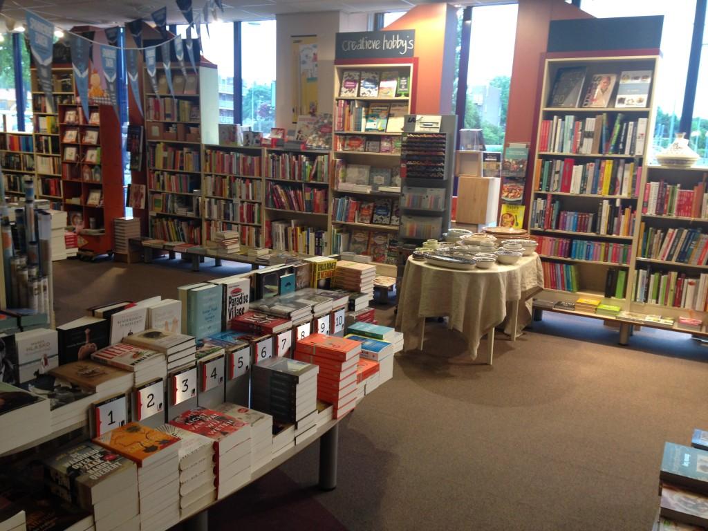 's Avonds ging ik met mijn schoonmoeder naar een workshop Geluk van Patrick van Hees, schrijver van 'De Geluksprofessor' in mijn boekhandel. Ik hou van deze boekwinkel. Lief personeel, fijne sfeer en na sluitingstijd op je gemak rondsnuffelen is heel fijn <3
