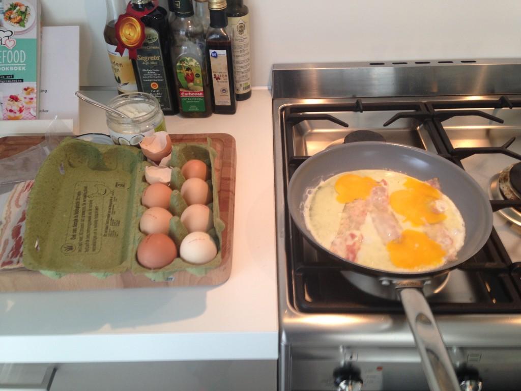 Ontbijtje. 3 eieren met 3 plakjes spek en een kop groene thee