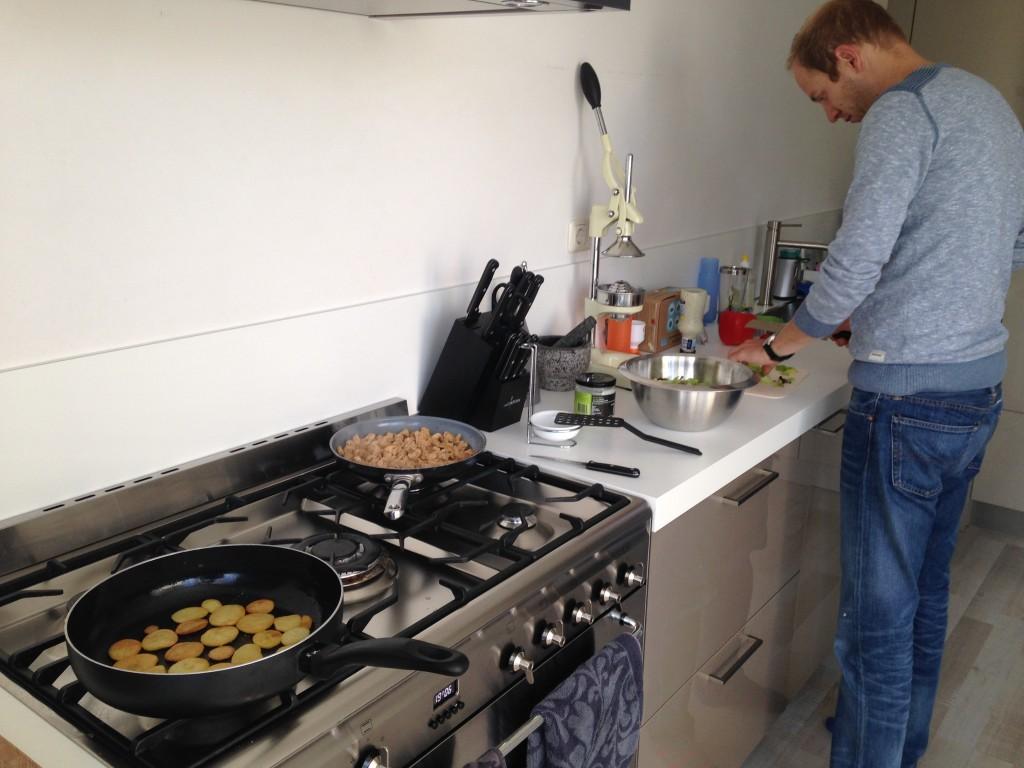 Niels en ik samen in de keuken. Verse sla uit eigen tuin op het menu.