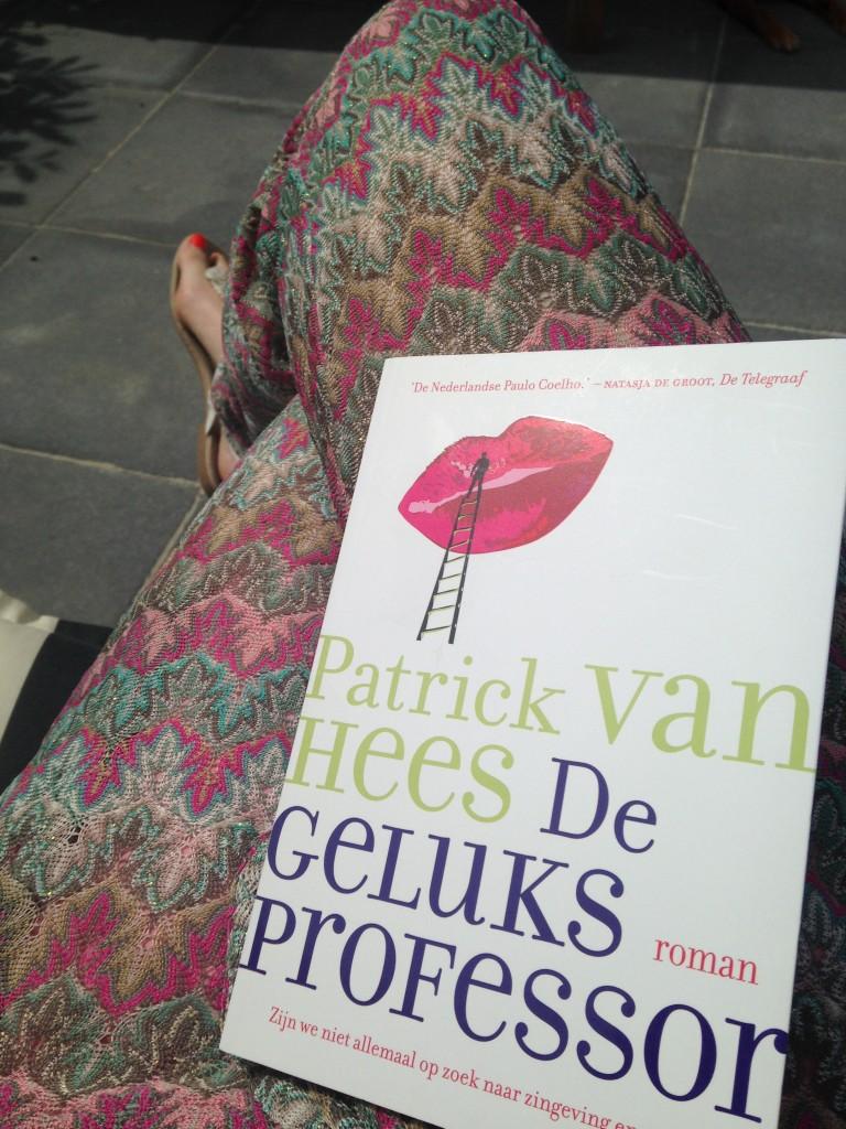 Boekje lezen in de tuin. Na de workshop  ben ik geïnteresseerd geraakt in het boek, en het leest lekker weg tot nu toe