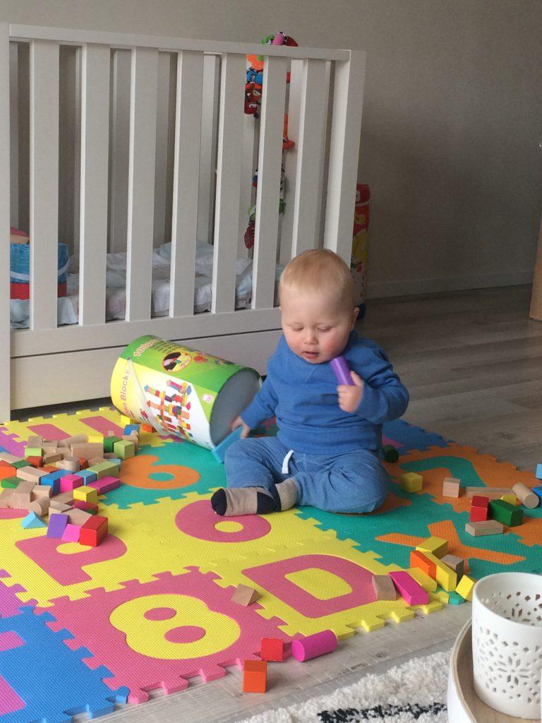 Oliver speelt op zijn speelmat