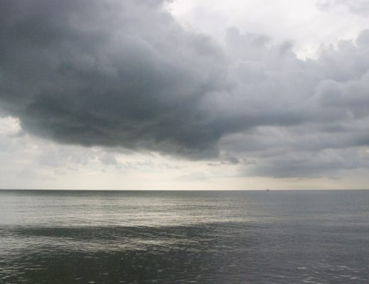 Grijze lucht boven zee